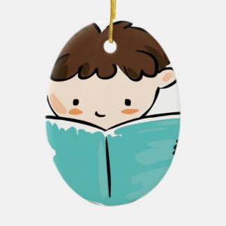 Niño que lee un libro adorno navideño ovalado de cerámica
