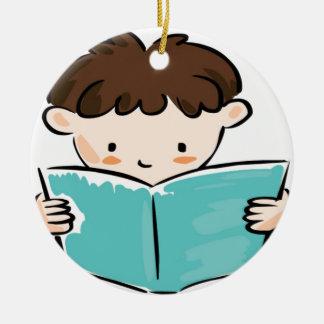 Niño que lee un libro adorno navideño redondo de cerámica