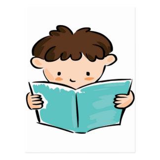Niño que lee un libro postal