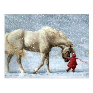 Niño que lleva un caballo en la nieve tarjeta postal
