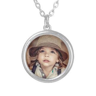 Niño que mira para arriba el retrato del vintage collar plateado