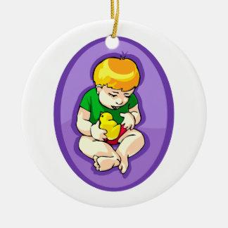 niño que sostiene el polluelo oval.png púrpura adorno redondo de cerámica