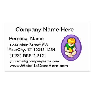 niño que sostiene el polluelo oval.png púrpura tarjetas personales