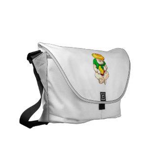 niño que sostiene el polluelo shirt.png verde bolsas de mensajeria