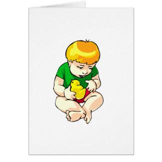 niño que sostiene el polluelo shirt.png verde tarjeta pequeña