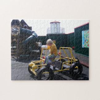 Niño que sube en rompecabezas del jeep del patio