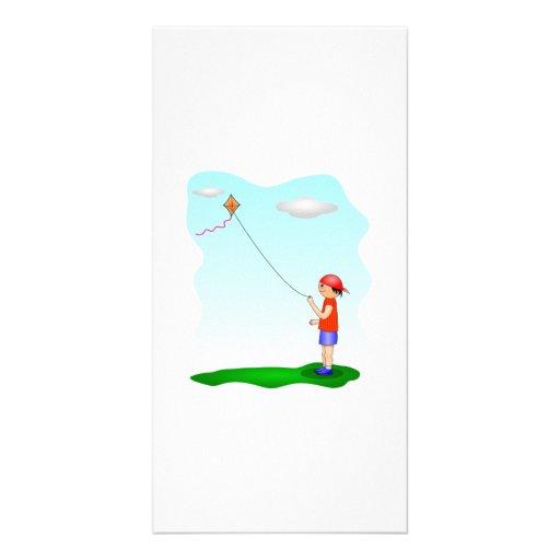 Niño que vuela una cometa tarjeta fotografica personalizada