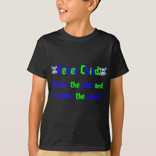 Niño rebelde en azules y verdes poleras
