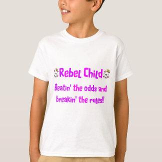 Niño rebelde en rosas y púrpuras poleras