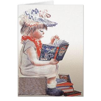 Niño retro del vintage que lee tarjetas de libros