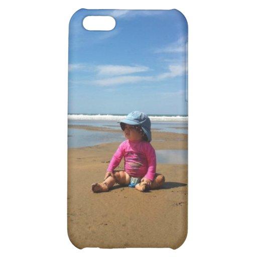 Niño rosado en la playa