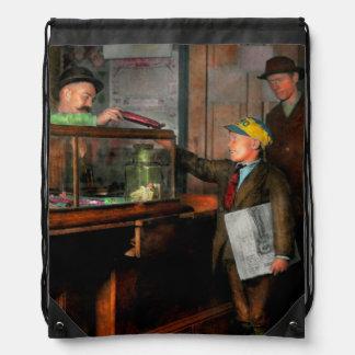 Niño - una visita a la tienda de chucherías 1910 mochilas