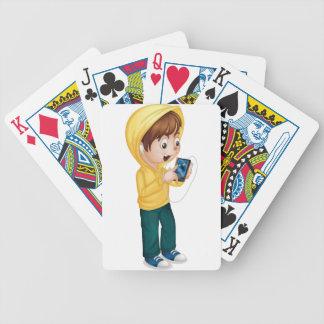 Niño usando la tableta baraja de cartas