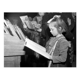 Niño y libro, semana antes del navidad tarjeta postal
