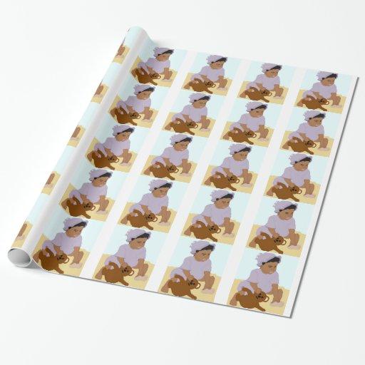Niño y papel de embalaje del peluche