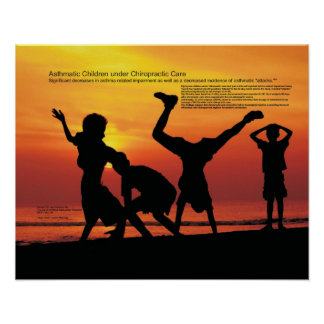 Niños asmáticos bajo cuidado de la quiropráctica poster