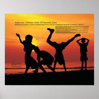 Niños asmáticos bajo cuidado de la quiropráctica póster