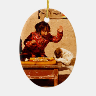Niños chinos que juegan con un perro adornos de navidad