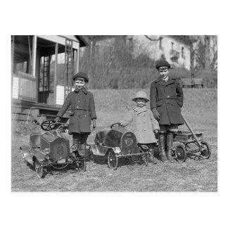 Niños con el pedal Cars, 1924 Postales
