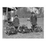 Niños con el pedal Cars, 1924 Tarjetas Postales