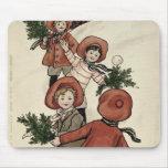 Niños con las bolas de nieve que lanzan del acebo tapete de raton