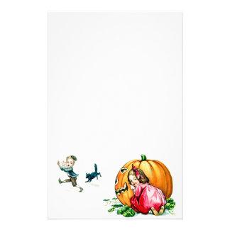 Niños de Halloween del vintage que se divierten Papelería De Diseño