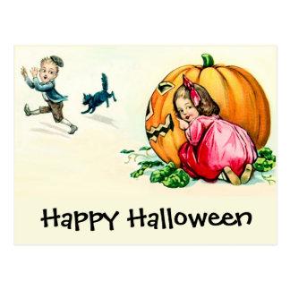 Niños de Halloween del vintage que se divierten Postal