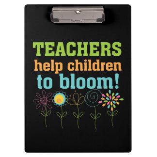 Niños de la ayuda de los profesores a florecer