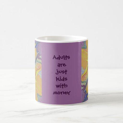 niños de los adultos con el dinero taza de café