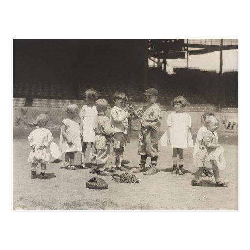 niños de los años 20 que juegan en campo de la Lig Postal