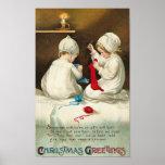 Niños de los saludos del navidad que cosen calceti posters