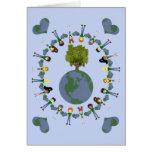 Niños del corazón de la tierra con el árbol tarjeta