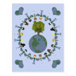 Niños del corazón de la tierra con el árbol tarjeta postal