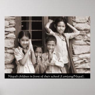 Niños del Nepali delante de su escuela Posters