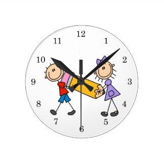 Niños del palillo con el lápiz relojes de pared