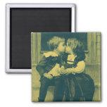 Niños del vintage, amor, romance, un beso inocente imán cuadrado