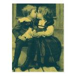 Niños del vintage, amor, romance, un beso inocente postal