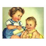 Niños del vintage, botella feliz linda de la postal