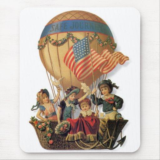 Niños del vintage en globo del aire caliente; tapete de ratón