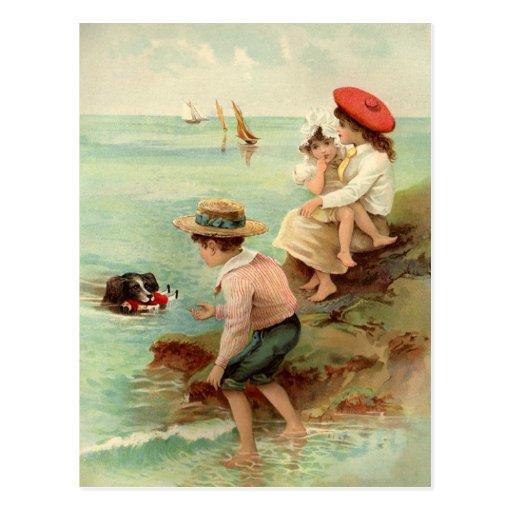 Niños del vintage en la postal de la playa