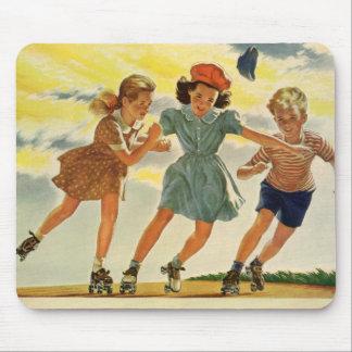 Niños del vintage, patinaje sobre ruedas de la div alfombrillas de ratones