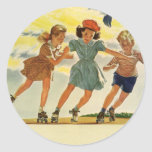 Niños del vintage, patinaje sobre ruedas de la etiqueta redonda