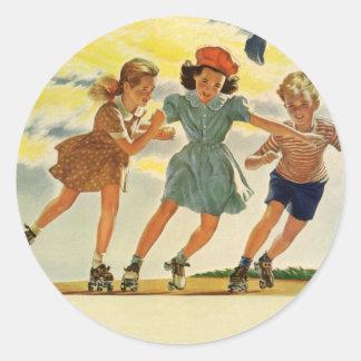 Niños del vintage, patinaje sobre ruedas de la pegatina redonda