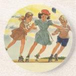 Niños del vintage, patinaje sobre ruedas de la posavasos cerveza