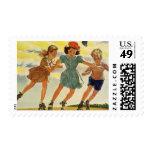 Niños del vintage, patinaje sobre ruedas de la sellos
