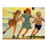 Niños del vintage, patinaje sobre ruedas de la postal