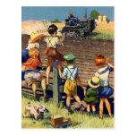 Niños del vintage que agitan al granjero local en postal