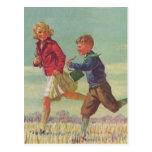 Niños del vintage que corren a los libros que tarjetas postales