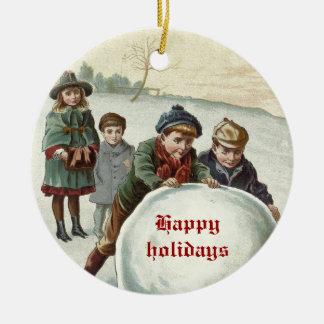 Niños del vintage que juegan en invierno adorno navideño redondo de cerámica