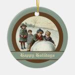 Niños del vintage que juegan en invierno adornos de navidad